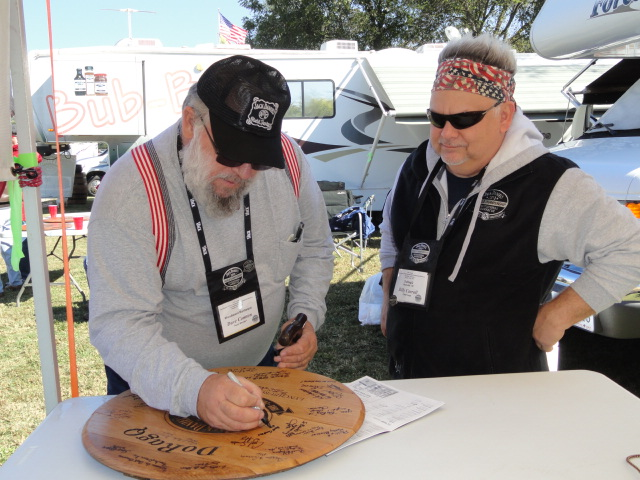photo by caryn of dave compton signing billys barrel head