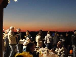 photo by caryn of contestants enjoying dinner up on bbq hill